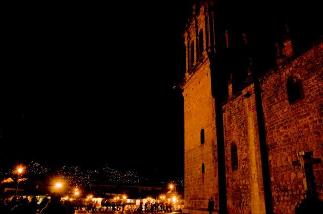 Vista nocturna de la Plaza de Armas de Cuzco desde la Catedral