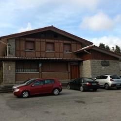 Aparcamiento y casa (antiguo restaurante Barazar, hoy cerrado) que marcan el inicio de la pista de acceso al hayedo de Otzarreta