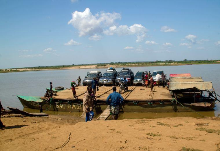 Así cruzaban los todoterrenos el río en Madagascar: un transbordador efectivo a la par que eficiente (tablas de madera entre varias barcas)