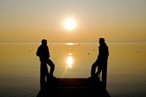 Atardecer en el lago de Garda desde un embarcadero en Sirmione