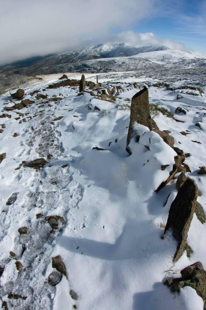 Al hacer la ruta a finales de noviembre, la nieve y el hielo dificultan el camino pero también ofrecen unas vistas asombrosas