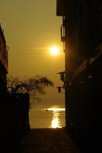 El centro histórico de Sirmione está situado en la península del mismo nombre, rodeado por las aguas del lago de Garda