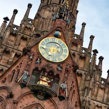 Detalle del reloj de la Iglesia de Nuestra Señora, en la Plaza del Mercado Principal de Nuremberg