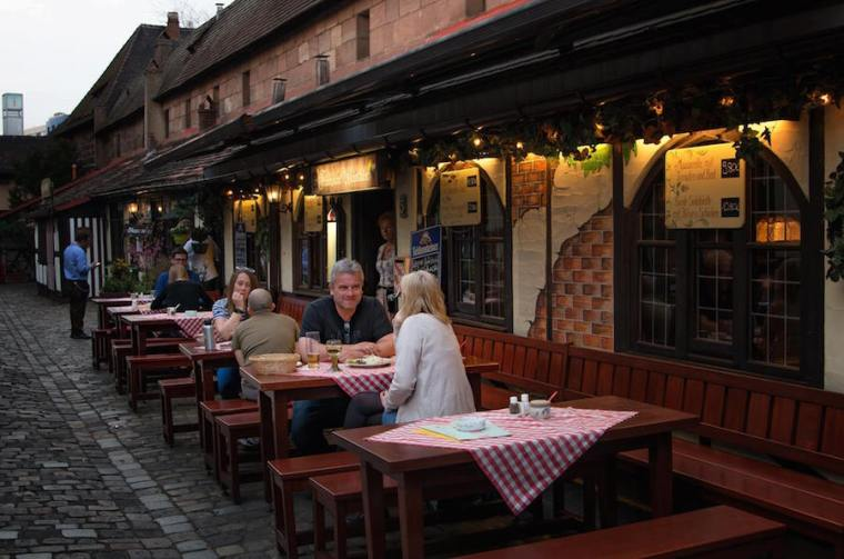 Restaurantes tradicionales en el Patio de Artesanos de Nuremberg
