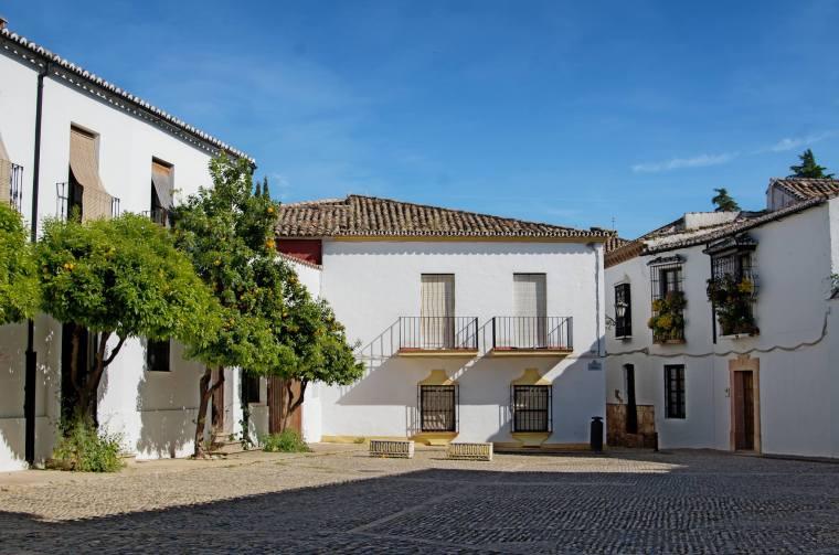 """La """"ciudad"""" es como los rondeños denominan a la parte más antigua de Ronda. Sus calles y plazas están pintadas de blanco y son una maravilla para pasear"""