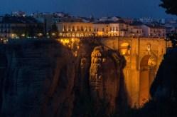 El Puente Nuevo de Ronda iluminado de noche (vista desde la Terraza del bar El Morabito)