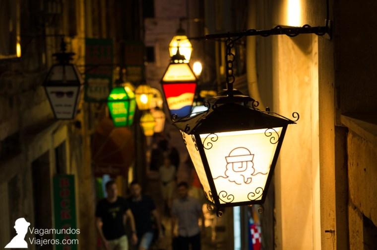 Los faroles son la seña de identidad de los comercios en Dubrovnik: cada bar, restaurante o tienda tiene el suyo, con su nombre o logo