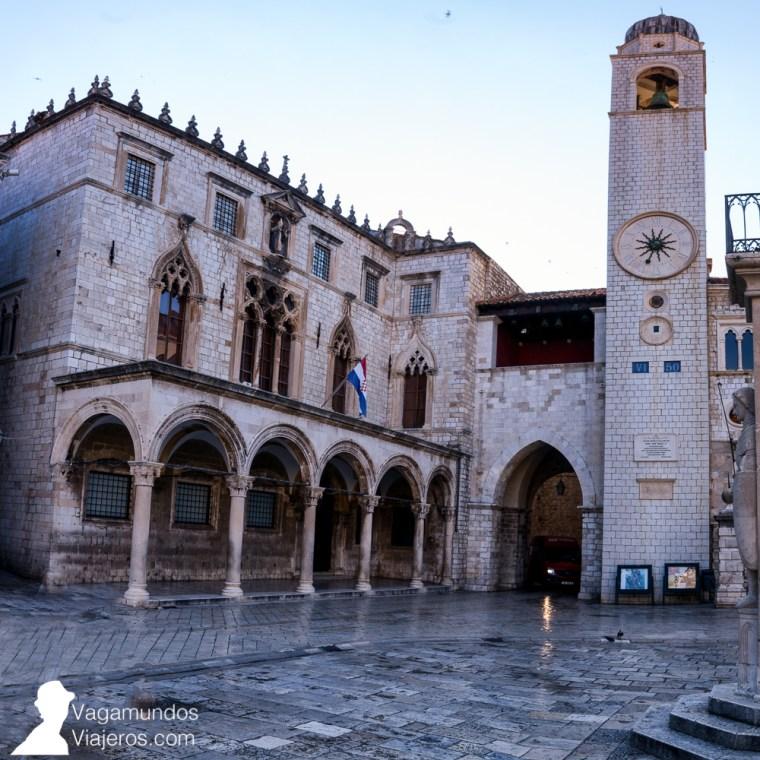 Fachada del Palacio Sponza, junto a la Torre del Reloj