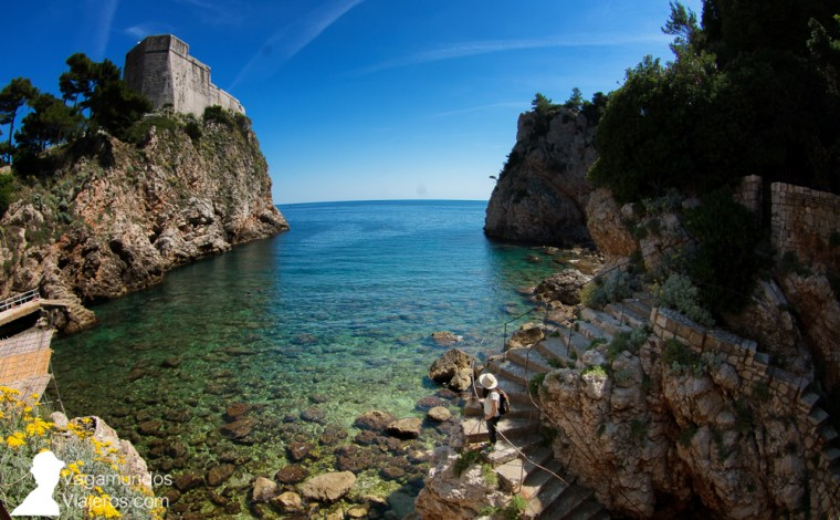 La pequeña y recogida playa Suluci, junto a la fortaleza Lovrijenac, en Dubrovnik