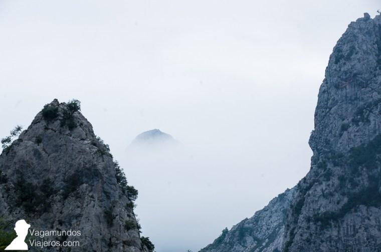 Así empezamos la ruta del Cares: 9.30 de la mañana y niebla escondiendo los altos Picos de Europa