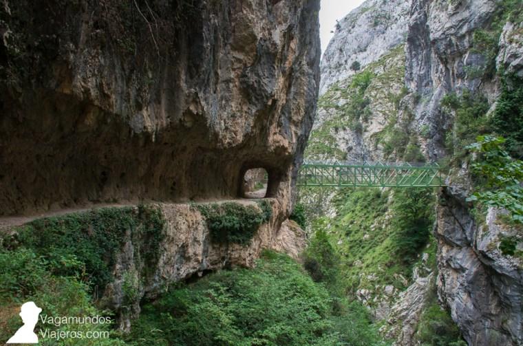 El tramo final de la ruta del Cares se caracteriza por la sucesión de 3 puentes que permiten cruzar varias veces sobre el río Cares