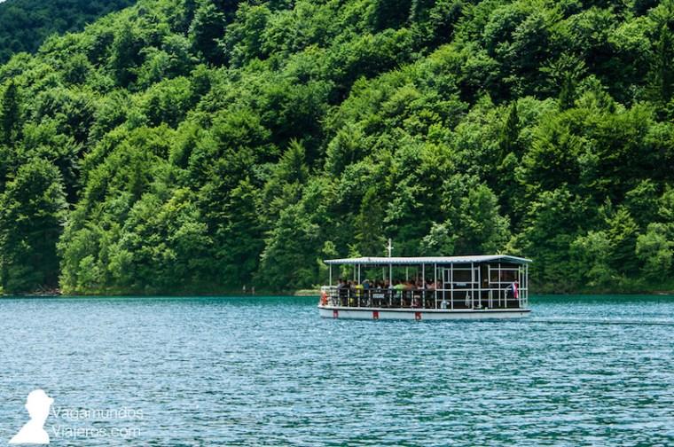 Después de recorrer los lagos inferiores de Plitvice, desde la entrada 1, tomas un bote para cruzar el lago Kozjak hasta la entrada 2