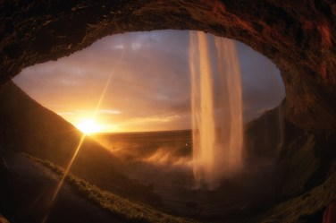 Atardecer visto desde detrás de la catarata Seljalandfoss, una de las fotos que soñábamos conseguir en Islandia