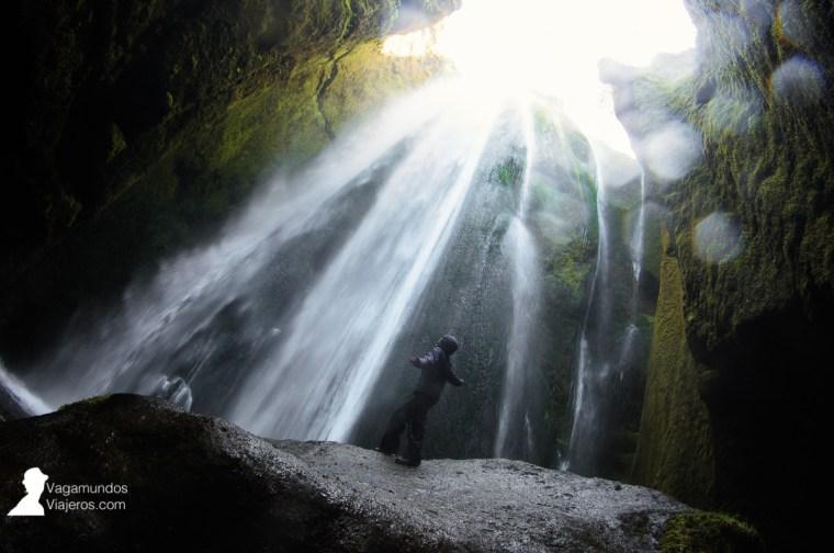Cascada Gljufrabui: el agua cae dentro de una cueva