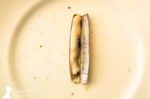 Comiendo navajas en Terraza de Chicolino, en A Pobra do Caramiñal, Galicia