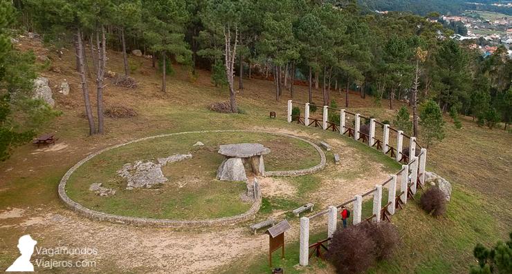 Mirador en el Parque de San Roque, en Riveira, con la réplica de un dolmen