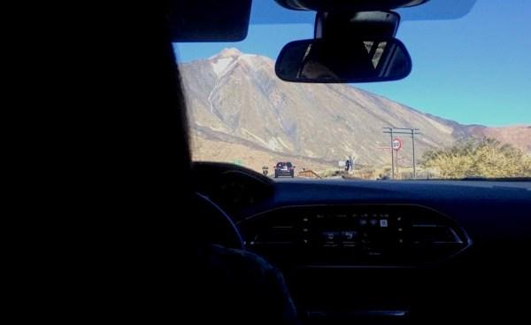 Conduciendo hacia el Teide en Tenerife, Canarias