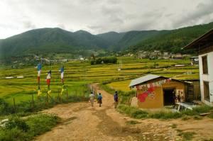 Valle con sus casas típicas en Bután