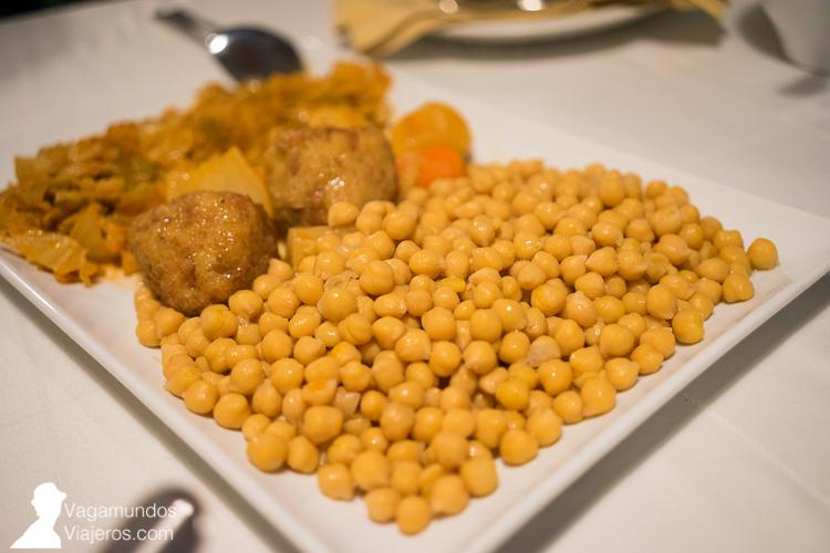 Garbanzos y verduras: segundo plato del cocido madrileño en el restaurante Ribera Navarra