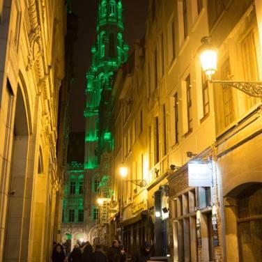 La Grand Place de Bruselas, iluminada de verde por San Patricio