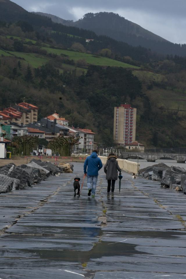 Paseo del rompeolas en la playa de Deba, Euskadi