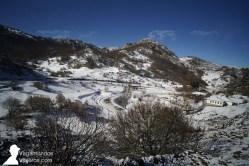 Llegando el pueblo de Valporquero, con nieve, León