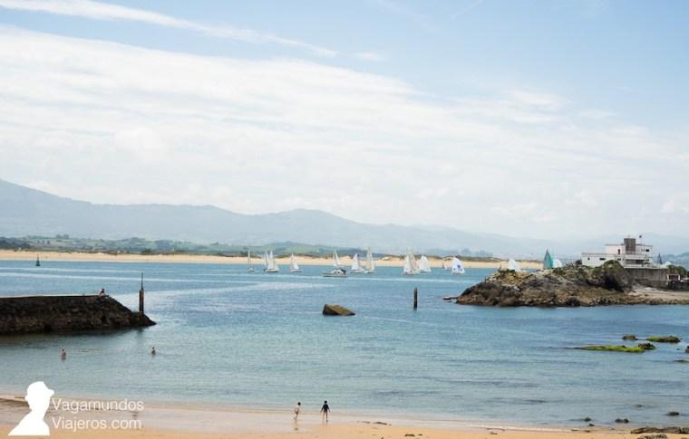 Regata de vela vista desde la playa de Bikinis en la península de la Magdalena, Santander
