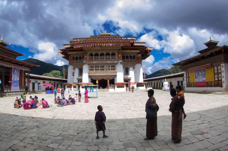 Butaneses vestidos con sus trajes tradicionales acuden a uno de los muchos monasterios budistas del país