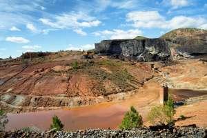Antiguas instalaciones de las minas de Riotinto, hoy parte del Parque Minero y que puedes ver durante el recorrido del ferrocarril minero