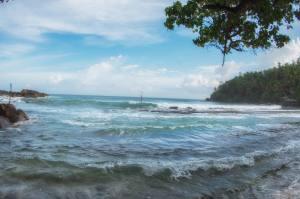 El océano Índico baña la costa de Mirissa, Sri Lanka