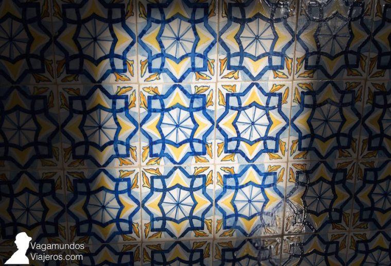 Azulejos de Talavera de la Reina, pintados a mano, en el interior de la Torre de la Universidad Laboral, Gijón