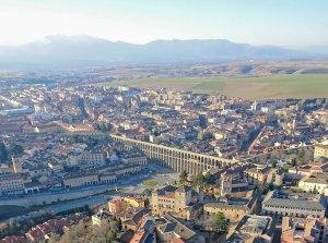 El icónico acueducto romano de Segovia visto durante el vuelo en globo