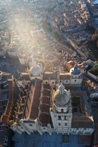 Sobrevolando el globo la Catedral de Segovia