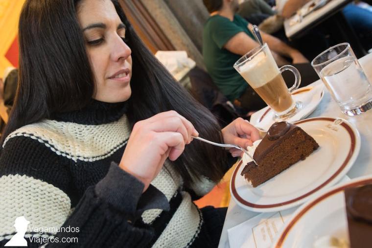 Disfrutando de la archiconocida tarta Sacher en el café del mismo nombre en Viena