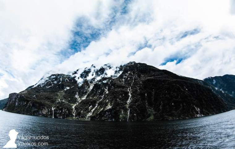 Vistas de los fiordos de Milford Sound desde el barco