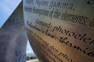 """Escultura """"Wandering the immeasurable"""" junto al Globo de Ciencia e Innovación en el CERN"""