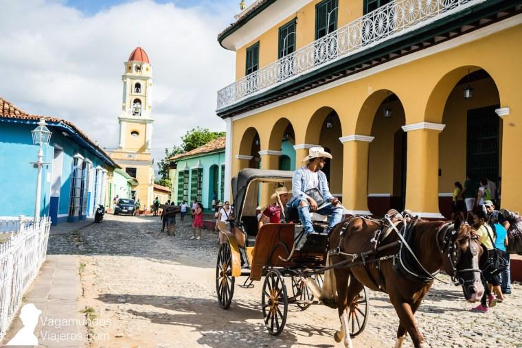 Coche de caballos en la Plaza principal de Trinidad, Cuba