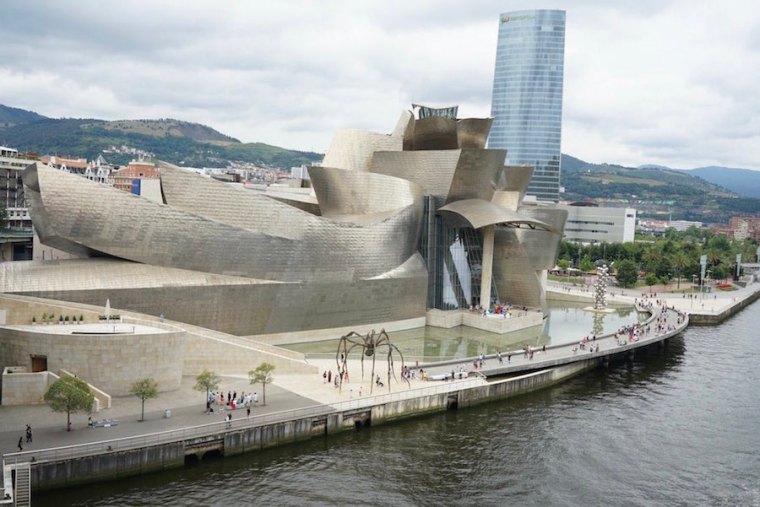 Museo Guggenheim Bilbao, junto a la ría Nervión