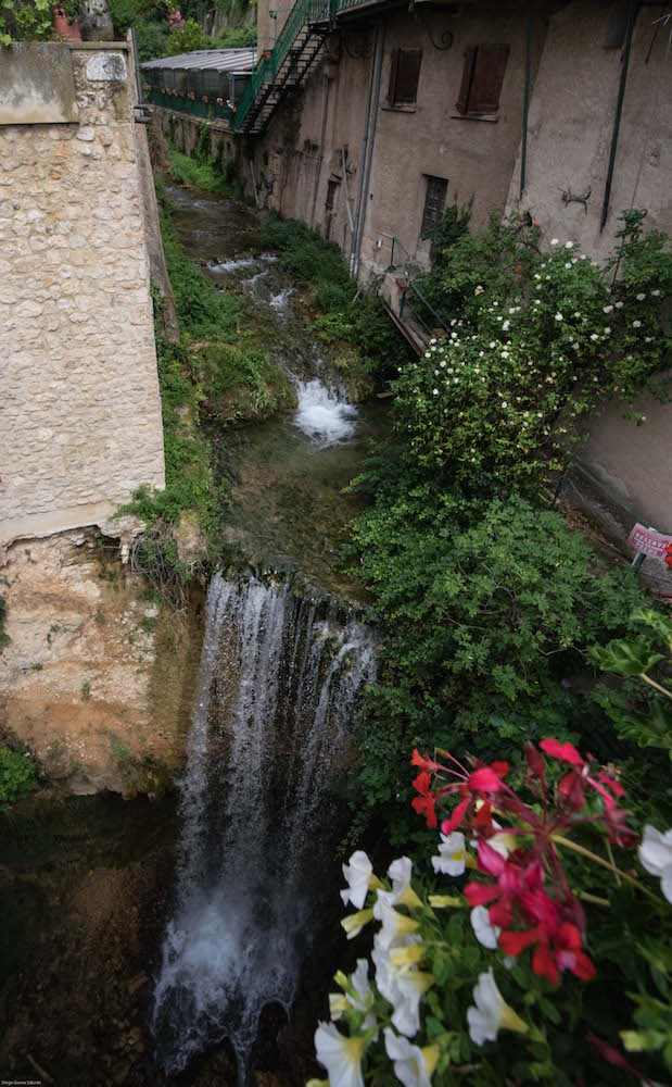 Cascada entre edificios de Moustiers-Sainte-Marie, en la Provenza francesa