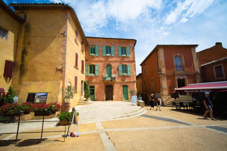 Todas las casas pintadas con tonos ocres en Roussillon, uno de los pueblos más bonitos de Francia