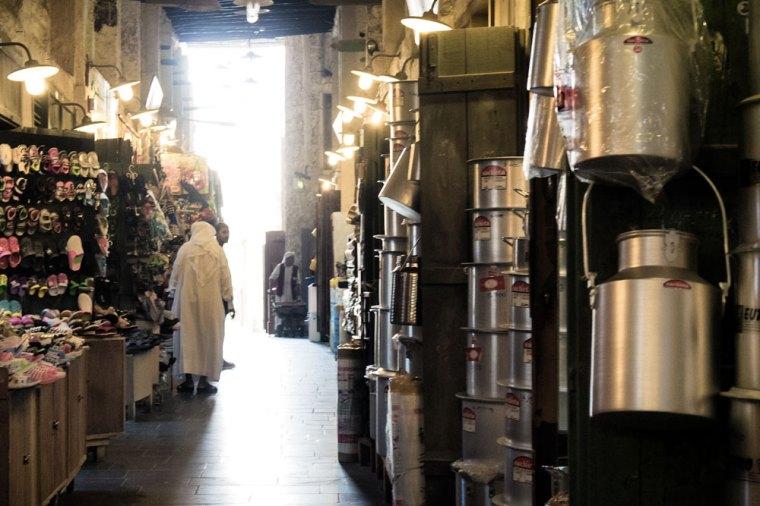 Paseando por las tiendas del zoco Souq Waqif en Doha