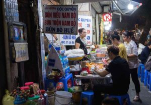 Puestos de comida en la calle en Hanoi, Vietnam
