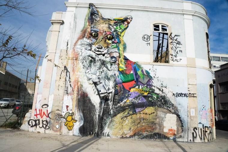 """""""Raposa em lixo"""", street art del artista Bordalo II en Lisboa"""