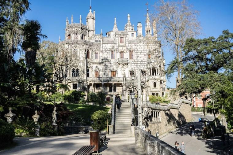 Edificio y escaleras de acceso en la Quinta da Regaleira
