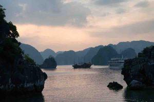 Vista al atardecer desde el barco en la bahía de Ha Long