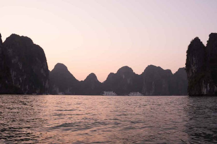 Perfil de las múltiples rocas e islas que componen la bahía de Ha Long