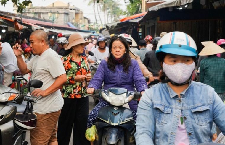 Locales comprando en el mercado de Hoi An