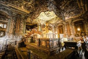 Interior de la tumba imperial de Khai Dinh en Hue