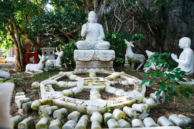 Conjunto de estatuas en honor a los 5 elementos que dan nombre a las Montañas de Mármol de Danang