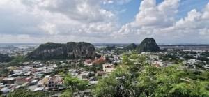 Vista panorámica de dos de las cinco Montañas de Mármol en Danang